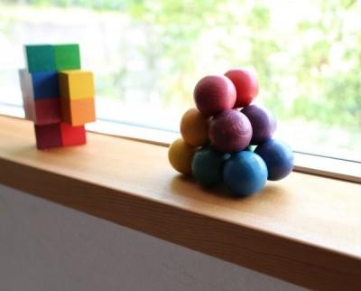 カラフルな幾何学アート!赤ちゃん大喜びのウッドボール・ラトル