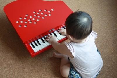 思わず弾いてみたくなる!インテリアとしてもサマになる本格派ミニピアノ