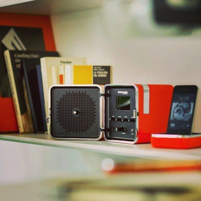 どこまでもあなたと一緒に行くわ、キューブ型ラジオ